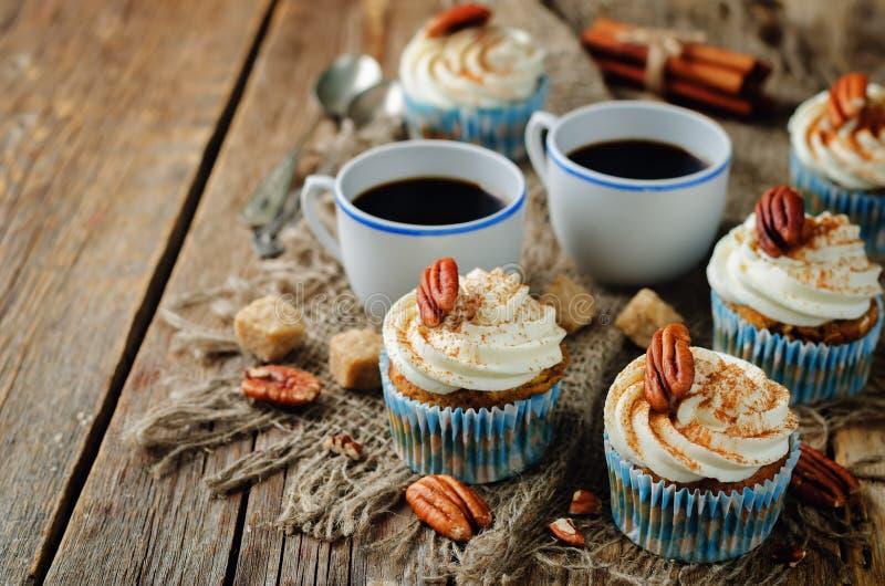 Petits gâteaux de cannelle de carotte avec la noix de pécan images libres de droits