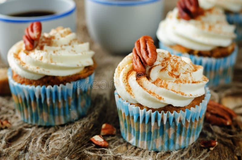 Petits gâteaux de cannelle de carotte avec la noix de pécan photographie stock