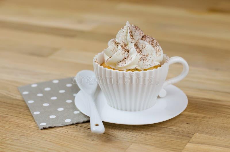 Petits gâteaux de cappuccino : un petit gâteau délicieux avec une saveur riche de café images stock