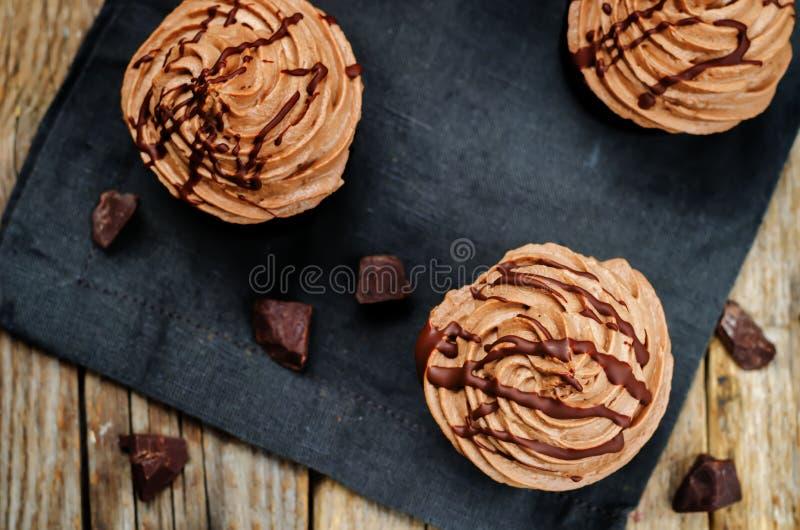 Petits gâteaux de chocolat avec le givrage de fromage fondu de chocolat photos libres de droits