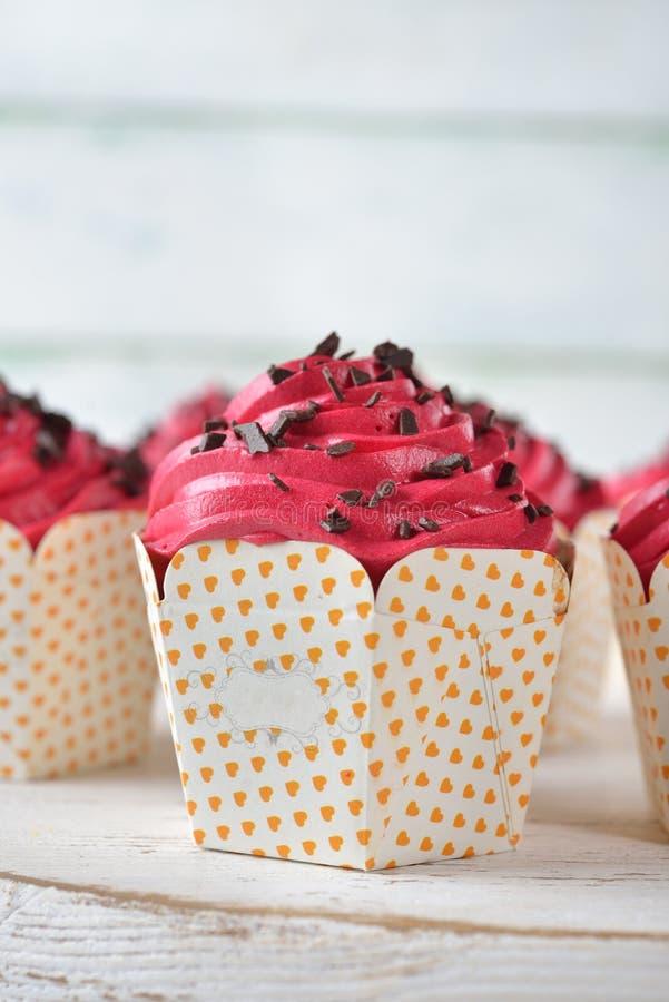 Petits gâteaux de chocolat avec le glaçage rose photographie stock