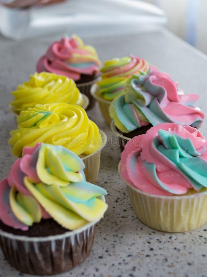 Petits gâteaux de chocolat et de citron avec de la crème colorée photos libres de droits
