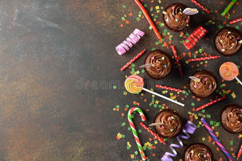 Petits gâteaux de chocolat pour l'anniversaire photographie stock