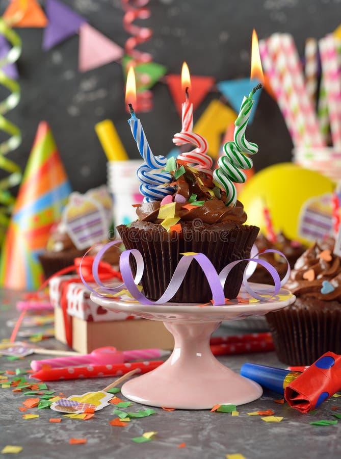 Petits gâteaux de chocolat pour l'anniversaire photo libre de droits