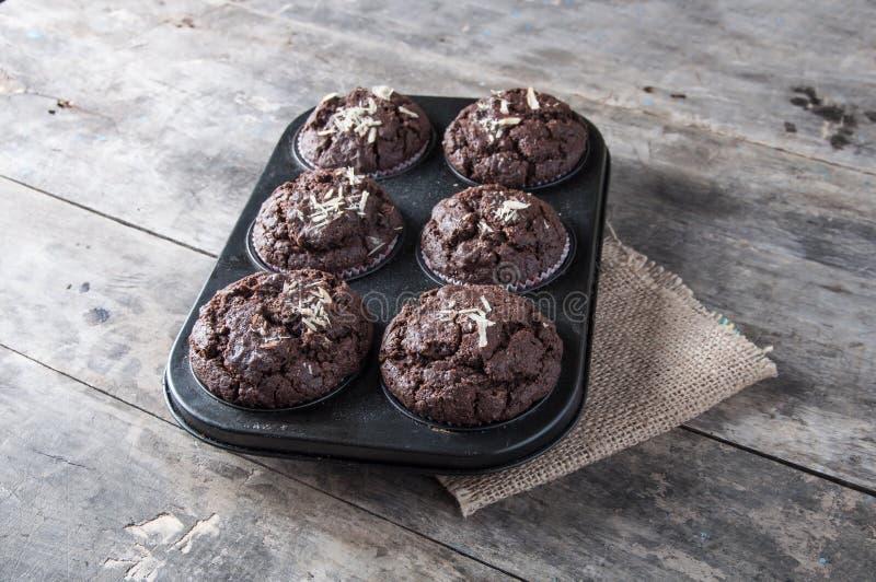 Petits gâteaux de chocolat sur une table en bois. photographie stock