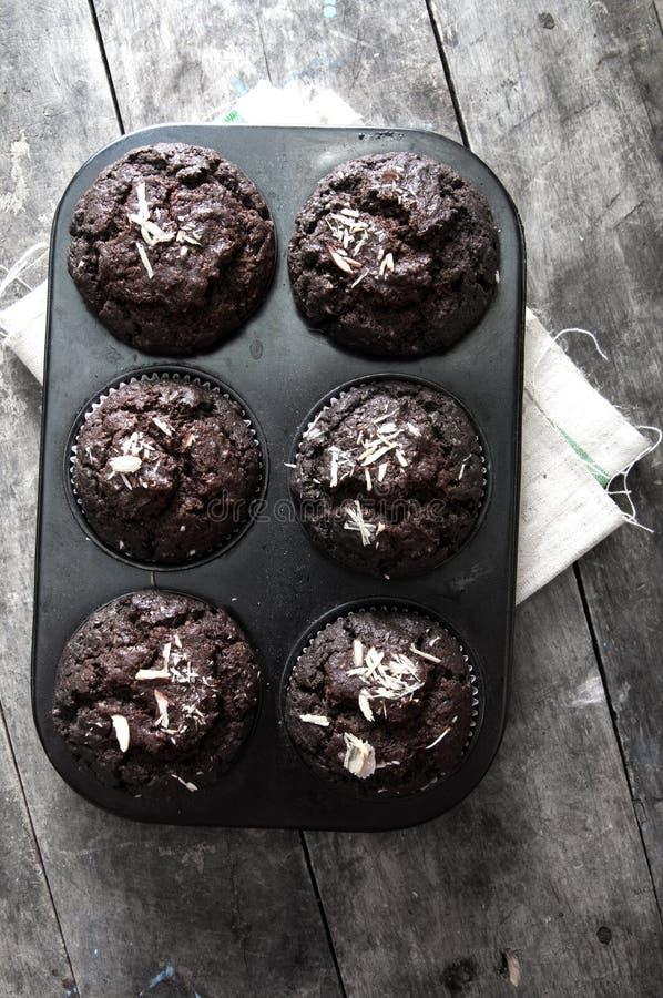 Petits gâteaux de chocolat sur une table en bois. images stock