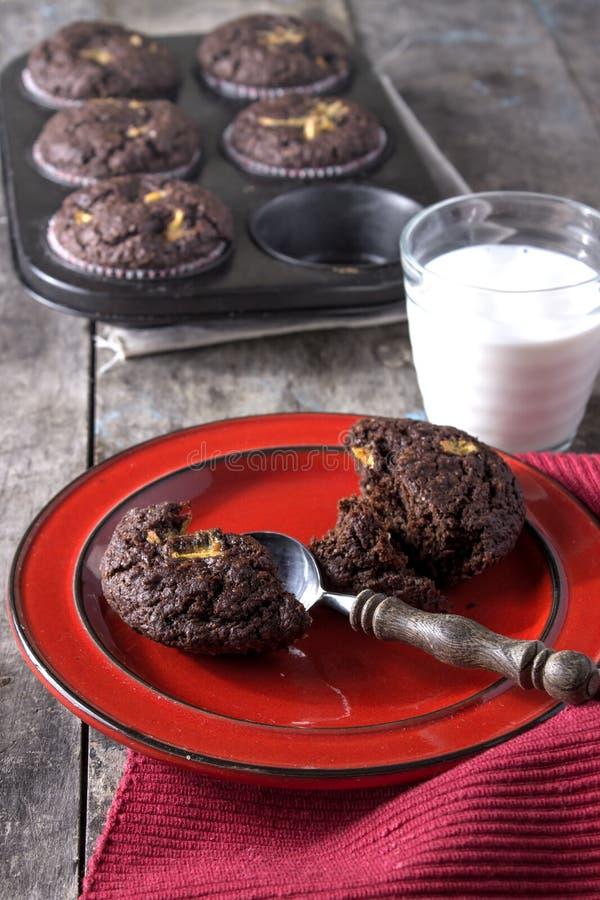 Petits gâteaux de chocolat sur une table en bois photo libre de droits