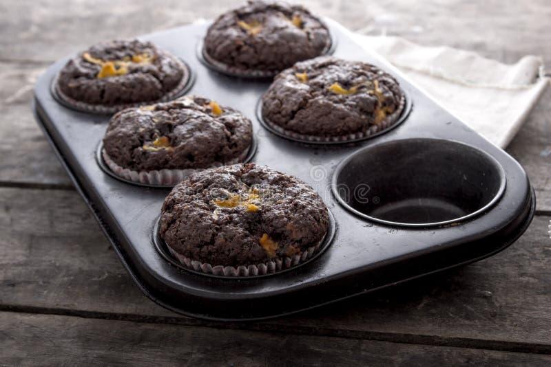 Petits gâteaux de chocolat sur une table en bois image stock