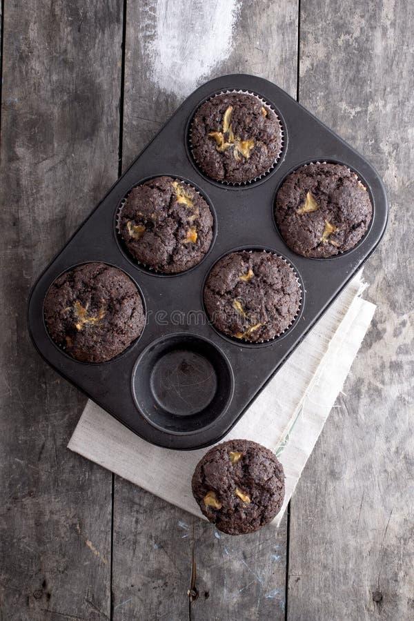 Petits gâteaux de chocolat sur une table en bois image libre de droits