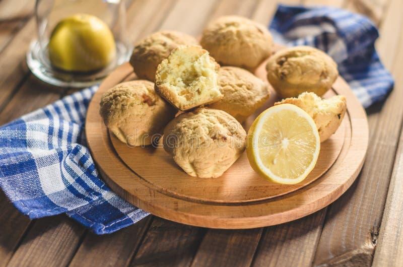 Petits gâteaux de citron sur un conseil en bois sur la table photo stock