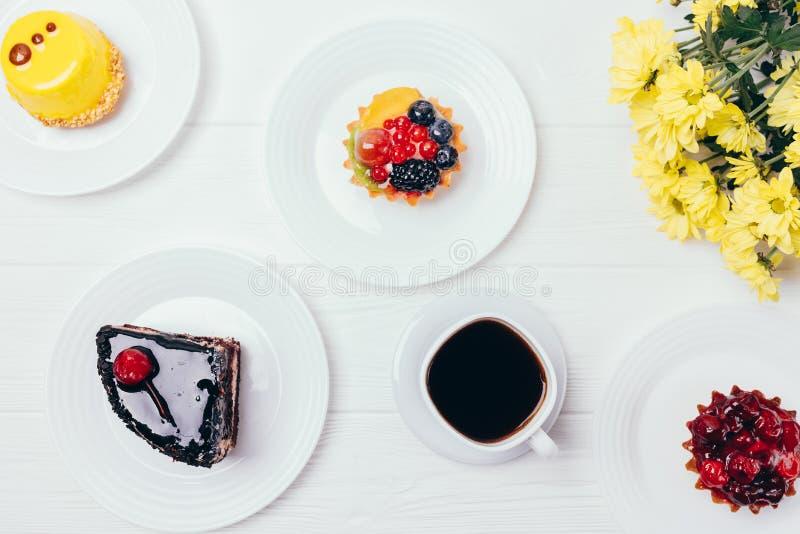 Petits gâteaux de fête de baie de composition en partie image libre de droits