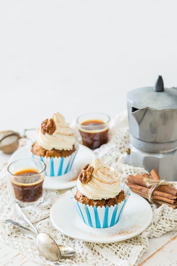 Download Petits Gâteaux De Gâteau à La Carotte Avec Le Givrage De Crème De Beurre Photo stock - Image du doux, cupcake: 76078068