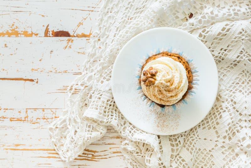 Download Petits Gâteaux De Gâteau à La Carotte Avec Le Givrage De Crème De Beurre Photo stock - Image du frais, casse: 76078078