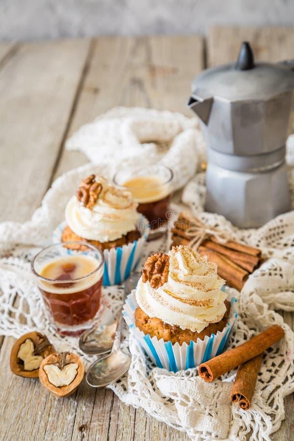 Download Petits Gâteaux De Gâteau à La Carotte Avec Le Givrage De Crème De Beurre Photo stock - Image du sain, vacances: 76078088