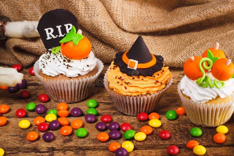 Petits gâteaux de Halloween avec les décorations colorées image stock