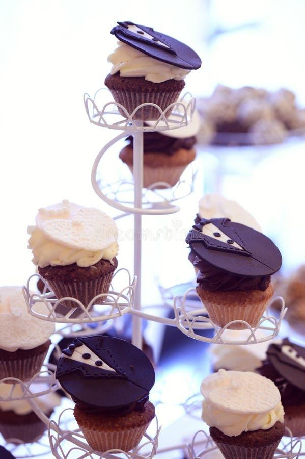 Petits gâteaux de jeunes mariés photos libres de droits
