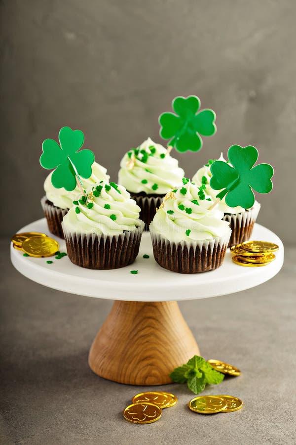 Petits gâteaux de menthe de chocolat de jour de St Patricks photos libres de droits