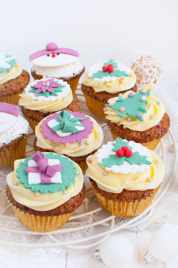 Petits gâteaux de Noël dans l'arrangement de fête image stock