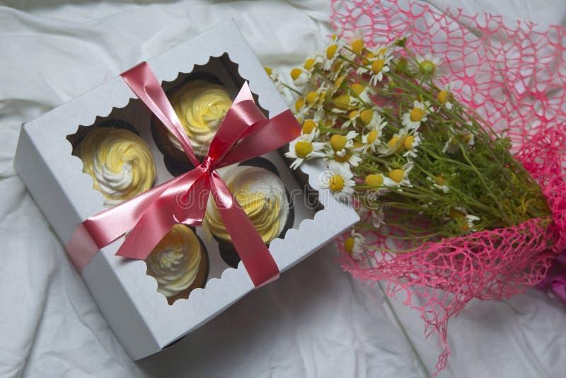 Petits gâteaux de petits pains de citron avec de la crème de beurre photo libre de droits