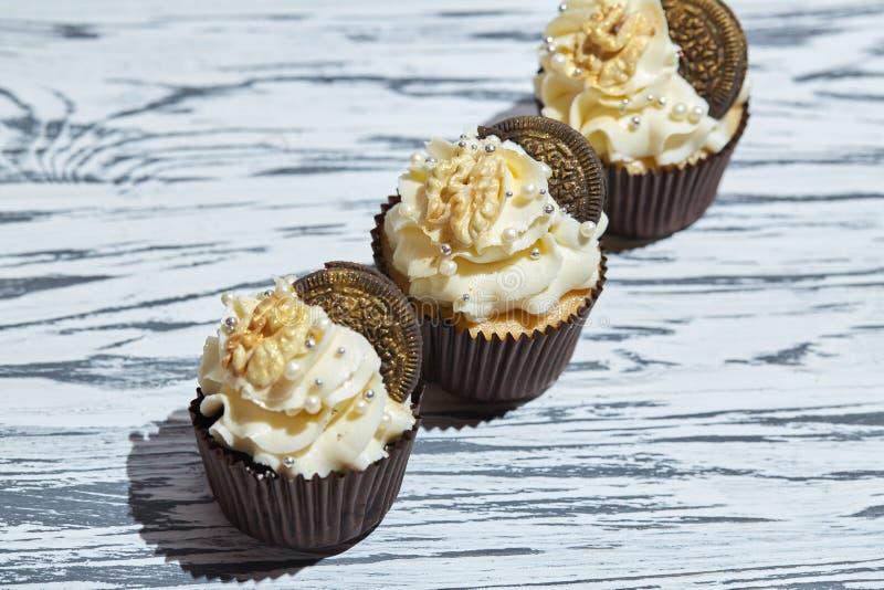 Petits gâteaux de vanille avec des biscuits et des écrous image stock