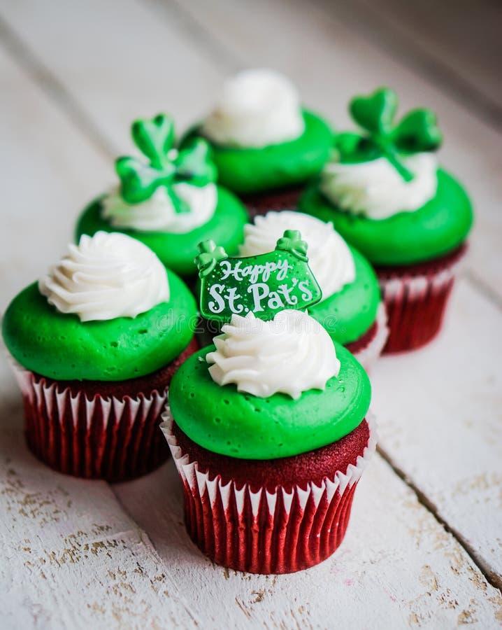 Petits gâteaux de velours du jour de StPatrick photo libre de droits