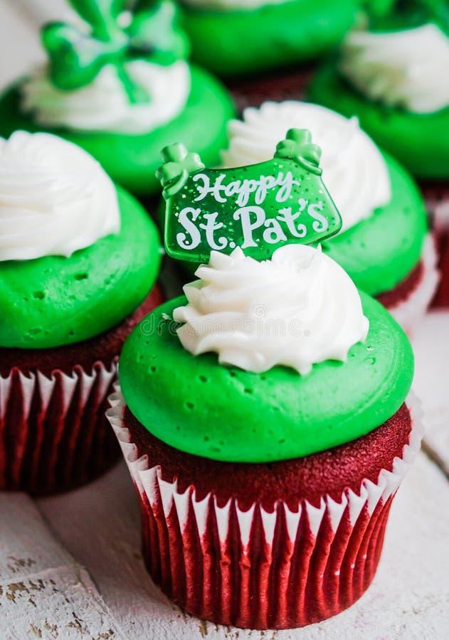 Petits gâteaux de velours du jour de StPatrick images libres de droits