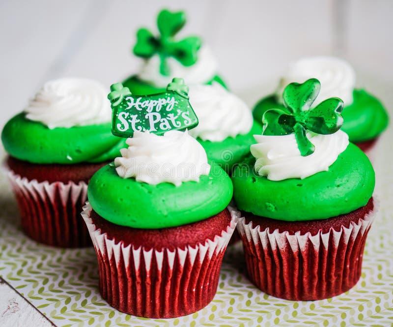 Petits gâteaux de velours du jour de StPatrick photos libres de droits