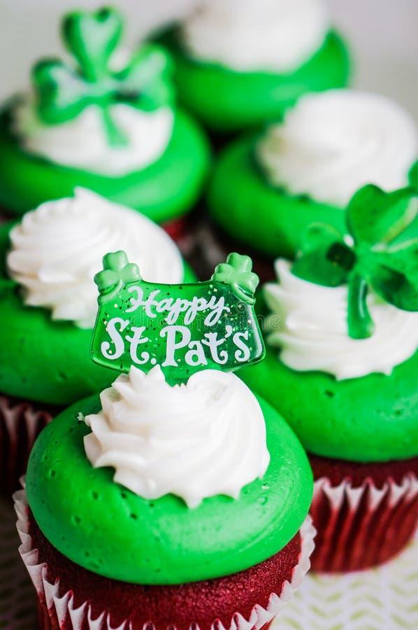 Petits gâteaux de velours du jour de StPatrick image libre de droits