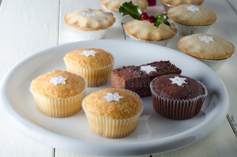 Petits gâteaux et minces pies de Noël photographie stock