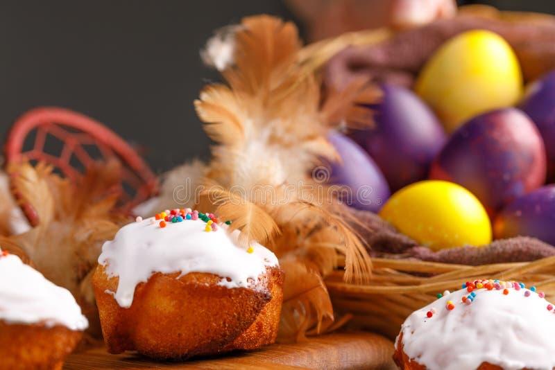 Petits gâteaux et oeufs de pâques teints décorés d'un attribut d'un receveur rêveur photos stock