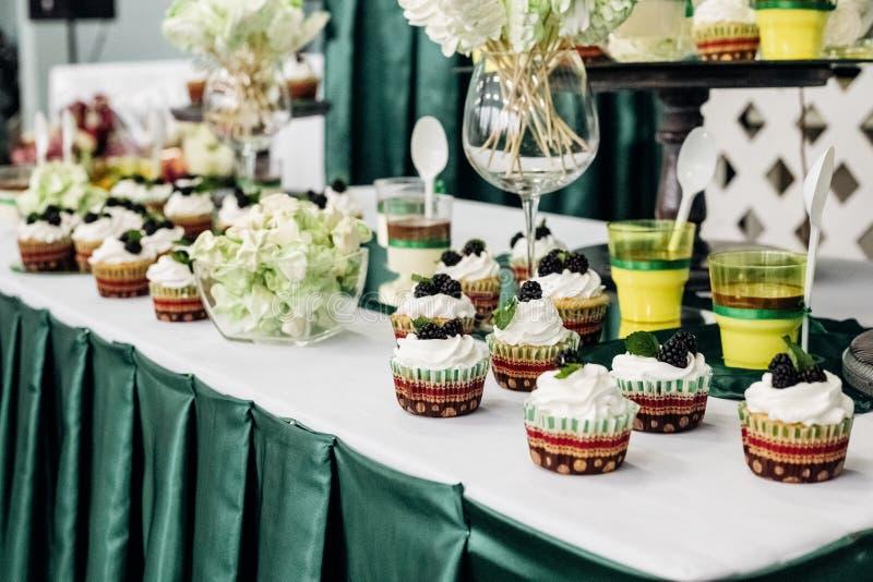 Petits gâteaux, gâteau et un bise dans une friandise image libre de droits