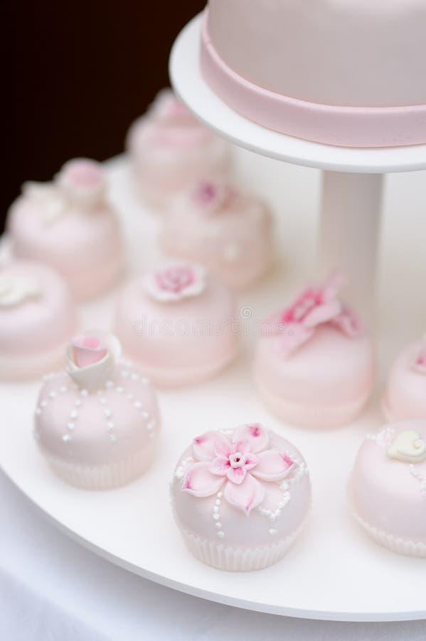 Petits gâteaux roses délicieux de mariage images libres de droits