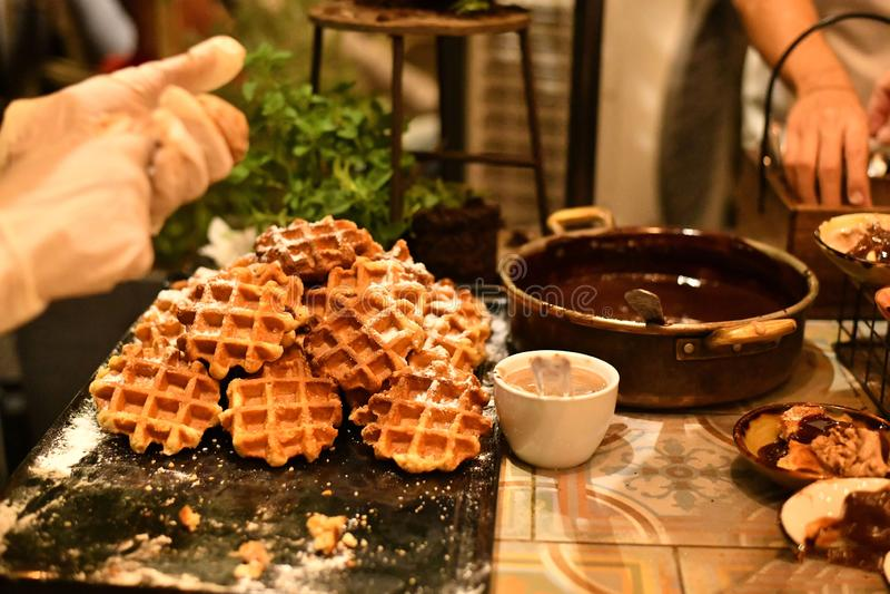 Petits gâteaux sur un grand plateau - une manière peu commune de servir le dessert à un mariage images stock