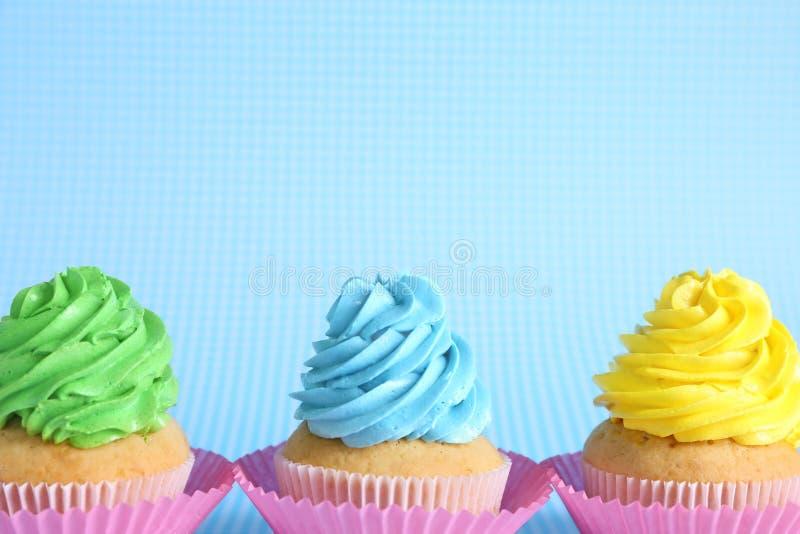 Petits g?teaux d?licieux d'anniversaire sur le fond de couleur photos libres de droits
