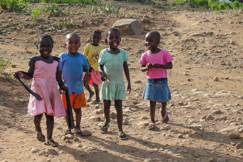 Petits garçons africains et filles se tenant, petit jouer d'enfants photographie stock