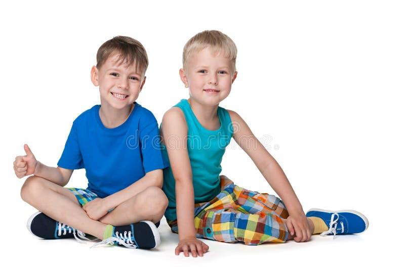 Petits garçons de sourire ensemble image stock