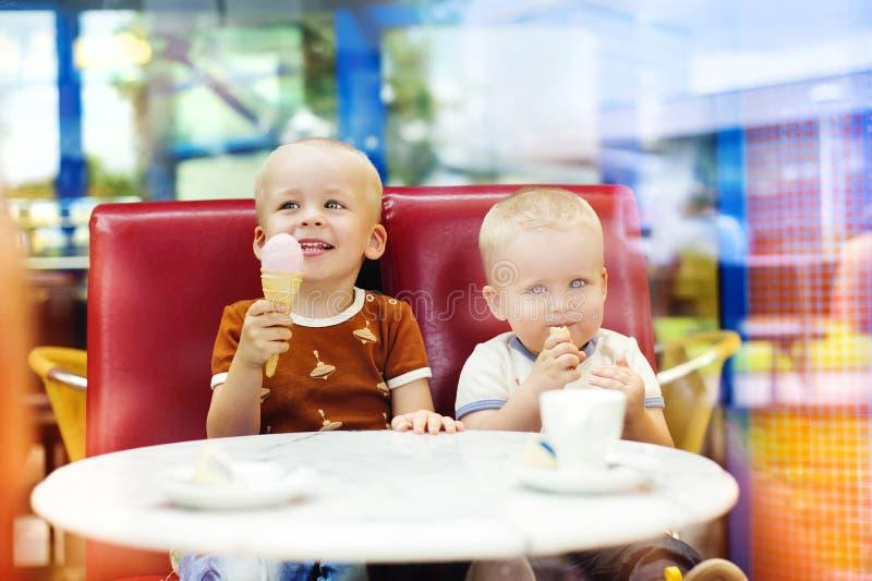 Petits garçons en café photo libre de droits