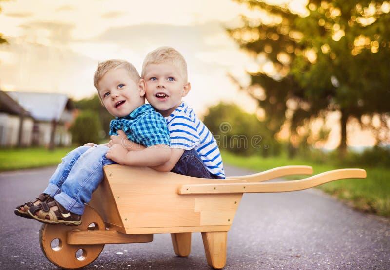Petits garçons jouant en dehors de la maison photographie stock