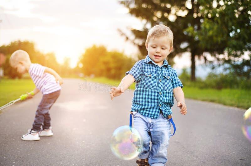 Petits garçons jouant en dehors de la maison photos libres de droits