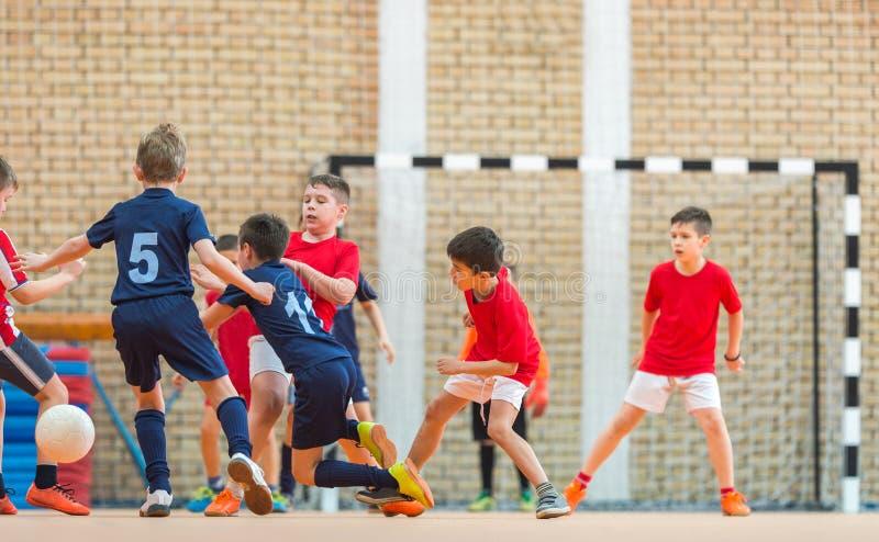 Petits garçons jouant le football image libre de droits