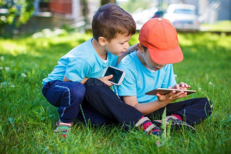 Petits garçons jouant sur les outils sans fil photo stock