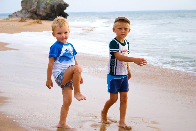 Petits garçons sur le littoral. image stock