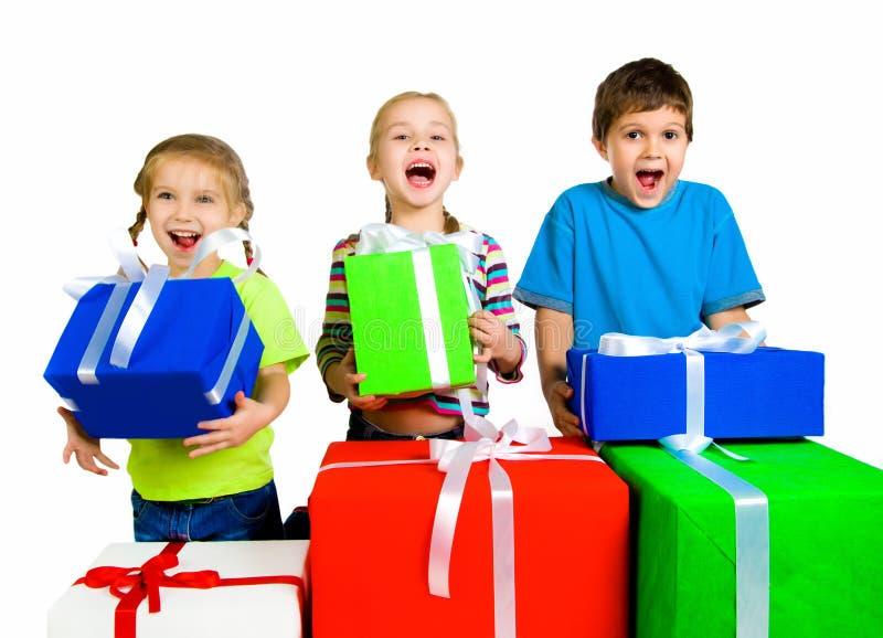 Petits gosses avec cadeaux photographie stock libre de droits