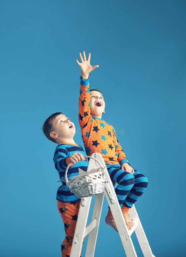 Petits hommes sur une échelle au rêve photos libres de droits
