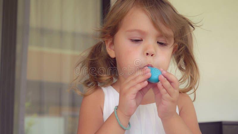 Petits jeux heureux de fille avec le ballon image stock