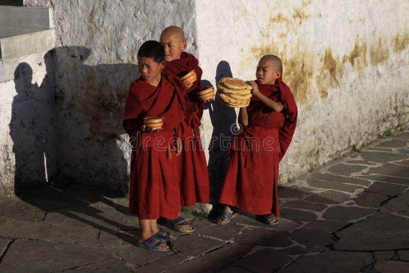 Petits moines avec le petit déjeuner photo stock