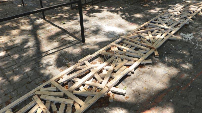 Petits morceaux de bois rustiques dans le long cadre en bois sur la texture sale de trottoir avec la peinture image libre de droits