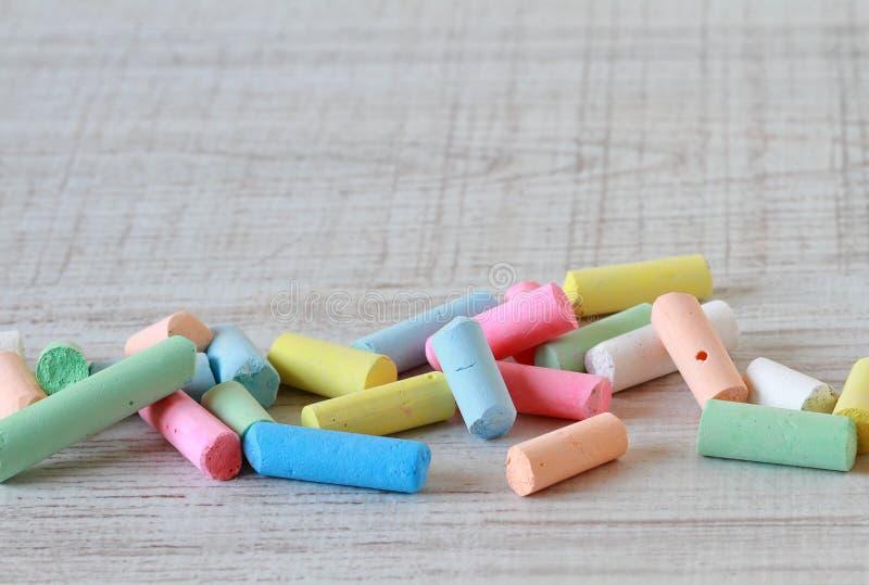 Petits morceaux de craies colorées images libres de droits