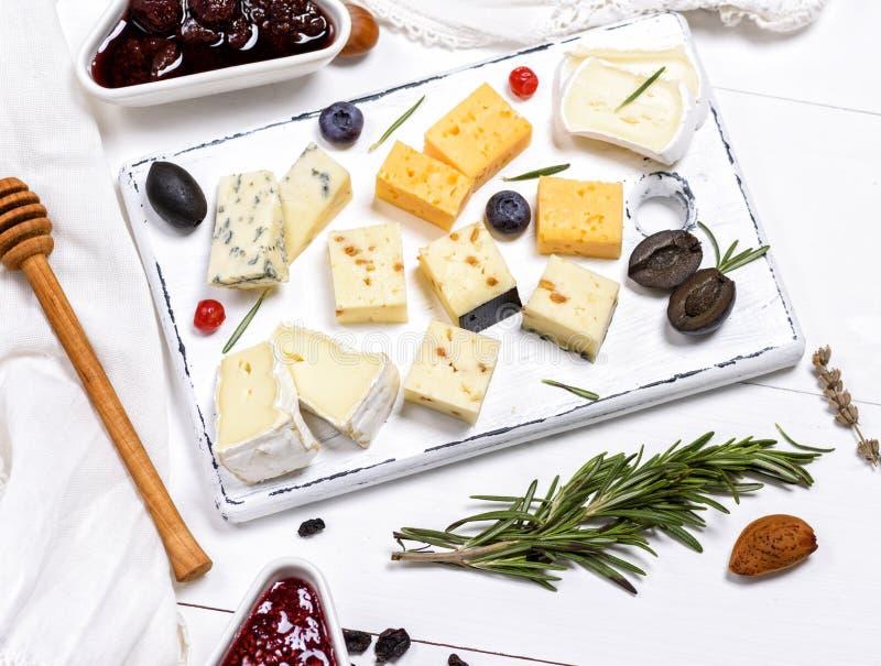 Petits morceaux de fromage de brie, roquefort, camembert, cheddar photo stock