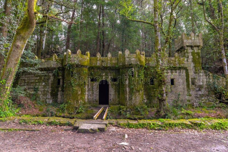 Petits murs de château près d'un aqueduc médiéval - Aldan - Espagne images libres de droits
